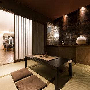 Foto de salón minimalista con paredes negras, tatami, televisor independiente y suelo verde