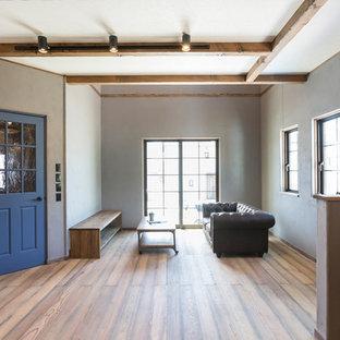 名古屋のトランジショナルスタイルのおしゃれなリビング (グレーの壁、無垢フローリング、茶色い床) の写真
