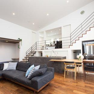 コンテンポラリースタイルのおしゃれなリビング (無垢フローリング、茶色い床、白い壁) の写真