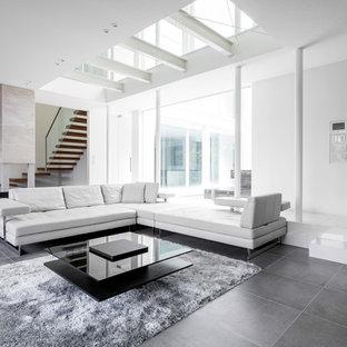 東京23区のコンテンポラリースタイルのおしゃれなリビング (白い壁、暖炉なし、テレビなし、黒い床) の写真
