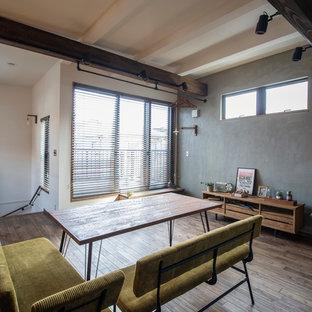 他の地域の中くらいのインダストリアルスタイルのおしゃれなLDK (グレーの壁、濃色無垢フローリング、壁掛け型テレビ、茶色い床) の写真