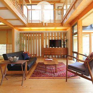 Foto di un soggiorno etnico aperto con sala formale, pareti bianche, pavimento in legno massello medio, TV autoportante e pavimento giallo