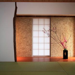 Foto di un soggiorno etnico con sala formale, pareti bianche, nessuna TV e pavimento in tatami