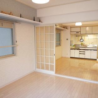 Shabby-Style Wohnzimmer mit blauer Wandfarbe und Sperrholzboden in Osaka