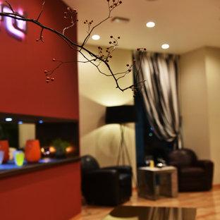 Immagine di un soggiorno boho chic di medie dimensioni con pareti multicolore, nessuna TV, pavimento in compensato, nessun camino e pavimento marrone