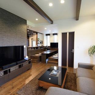 他の地域のモダンスタイルのおしゃれなLDK (マルチカラーの壁、無垢フローリング、据え置き型テレビ、茶色い床) の写真