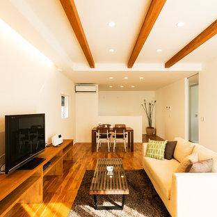 他の地域のアジアンスタイルのおしゃれなLDK (白い壁、無垢フローリング、据え置き型テレビ、茶色い床) の写真