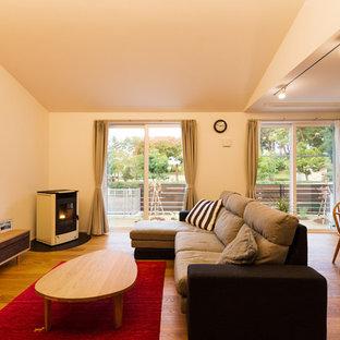 他の地域のモダンスタイルのおしゃれなLDK (白い壁、無垢フローリング、据え置き型テレビ、茶色い床) の写真