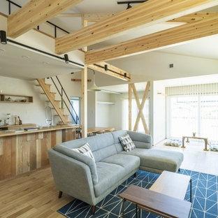 他の地域の中サイズのカントリー風おしゃれなLDK (白い壁、淡色無垢フローリング、暖炉なし、据え置き型テレビ、茶色い床) の写真