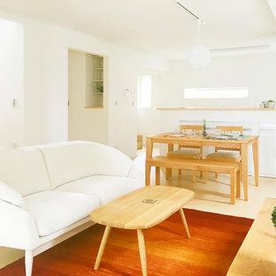 他の地域のコンテンポラリースタイルのおしゃれなLDK (白い壁、塗装フローリング、暖炉なし、ベージュの床) の写真