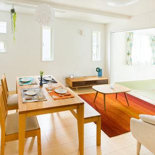他の地域の北欧スタイルのおしゃれなLDK (白い壁、合板フローリング、暖炉なし、ベージュの床) の写真