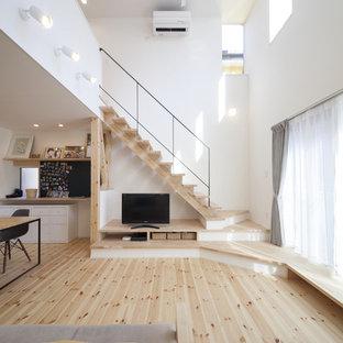 横浜のアジアンスタイルのおしゃれなLDK (白い壁、淡色無垢フローリング、据え置き型テレビ、茶色い床) の写真