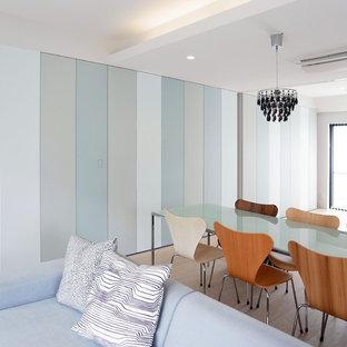 Offenes Modernes Wohnzimmer mit blauer Wandfarbe, Sperrholzboden und beigem Boden in Tokio