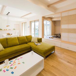他の地域の和風のおしゃれなLDK (白い壁、淡色無垢フローリング、ベージュの床) の写真