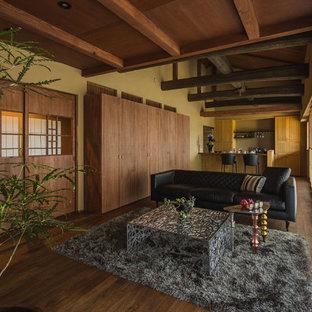 他の地域のアジアンスタイルのおしゃれなLDK (茶色い壁、濃色無垢フローリング、茶色い床) の写真