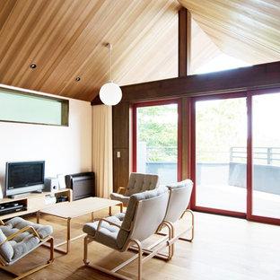 東京23区の和風のおしゃれなリビング (白い壁、無垢フローリング、据え置き型テレビ、茶色い床) の写真