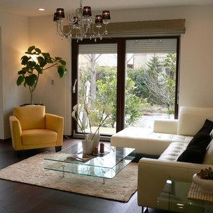 他の地域のコンテンポラリースタイルのおしゃれなリビング (白い壁、濃色無垢フローリング、茶色い床) の写真
