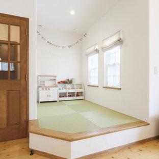 Réalisation d'un salon méditerranéen ouvert avec un mur blanc et un sol de tatami.