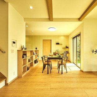 Esempio di un soggiorno nordico con pareti bianche, pavimento in compensato e pavimento beige