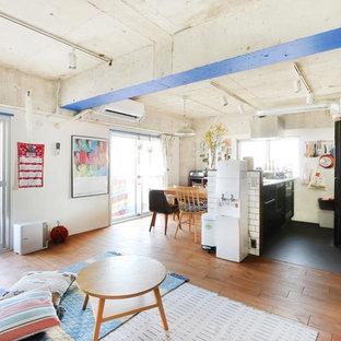 東京23区のインダストリアルスタイルのおしゃれなLDK (白い壁、無垢フローリング、茶色い床) の写真