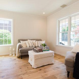 他の地域の広いトラディショナルスタイルのおしゃれなLDK (フォーマル、白い壁、無垢フローリング、茶色い床) の写真