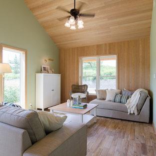 他の地域の中くらいのトロピカルスタイルのおしゃれな独立型リビング (ベージュの壁、無垢フローリング、茶色い床) の写真