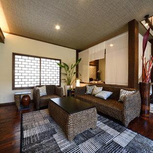 Exempel på ett exotiskt vardagsrum, med flerfärgade väggar och mörkt trägolv