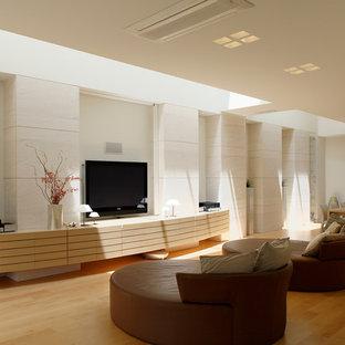 東京23区のコンテンポラリースタイルのおしゃれなリビング (白い壁、無垢フローリング、据え置き型テレビ、茶色い床) の写真