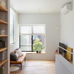 東京23区の小さいコンテンポラリースタイルのおしゃれなリビング (白い壁、淡色無垢フローリング、据え置き型テレビ、ベージュの床) の写真