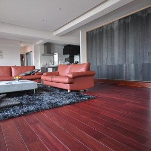 Fernseherloses Industrial Wohnzimmer ohne Kamin mit dunklem Holzboden, lila Boden und weißer Wandfarbe in Sonstige