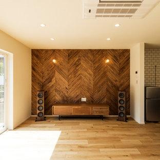 Inspiration för ett maritimt allrum med öppen planlösning, med bruna väggar och en fristående TV