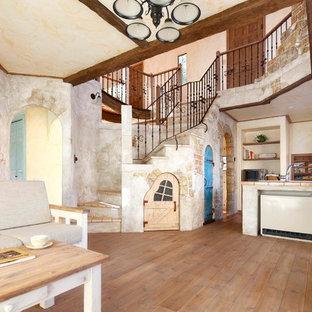 他の地域のシャビーシック調のおしゃれなLDK (ベージュの壁、無垢フローリング、茶色い床) の写真