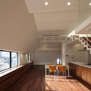 東京23区の広いモダンスタイルのおしゃれなLDK (白い壁、濃色無垢フローリング、壁掛け型テレビ、茶色い床) の写真