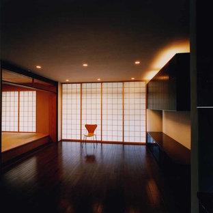 東京23区の広い和風のおしゃれなLDK (ミュージックルーム、白い壁、濃色無垢フローリング、暖炉なし、漆喰の暖炉まわり、据え置き型テレビ、茶色い床) の写真