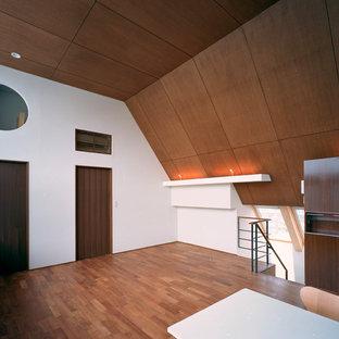 東京23区の広いアジアンスタイルのおしゃれなリビング (白い壁、無垢フローリング、暖炉なし、漆喰の暖炉まわり、据え置き型テレビ、茶色い床) の写真