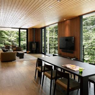 他の地域のコンテンポラリースタイルのおしゃれなLDK (無垢フローリング、壁掛け型テレビ、茶色い床) の写真