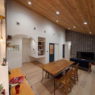 他の地域のミッドセンチュリースタイルのおしゃれなLDK (白い壁、淡色無垢フローリング、ベージュの床) の写真