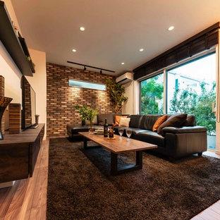 Modelo de salón para visitas abierto, moderno, de tamaño medio, con paredes marrones, suelo de contrachapado, chimenea de doble cara, marco de chimenea de madera, televisor independiente y suelo marrón