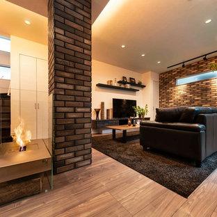 Foto di un soggiorno minimalista di medie dimensioni e aperto con sala formale, pareti marroni, pavimento in compensato, camino bifacciale, cornice del camino in legno, TV autoportante e pavimento marrone