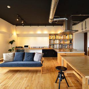 東京23区のトランジショナルスタイルのおしゃれなLDK (白い壁、無垢フローリング、茶色い床) の写真