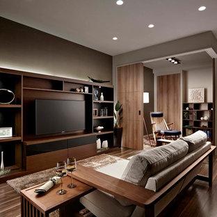 名古屋の和風のリビング・居間の画像 (グレーの壁、濃色無垢フローリング、壁掛け型テレビ)