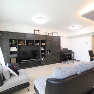 Diseño de salón abierto, moderno, con suelo de contrachapado, pared multimedia, suelo blanco y paredes blancas