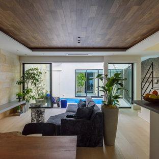 Modelo de salón moderno con paredes beige y suelo blanco
