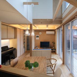 他の地域の小さいアジアンスタイルのおしゃれなLDK (白い壁、淡色無垢フローリング、据え置き型テレビ、ベージュの床) の写真