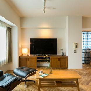 他の地域の北欧スタイルのおしゃれなLDK (白い壁、無垢フローリング、据え置き型テレビ、茶色い床) の写真
