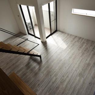 他の地域の中サイズのモダンスタイルのおしゃれなLDK (黒い壁、塗装フローリング、ベージュの床) の写真