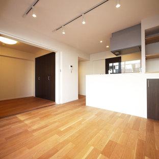 Cette photo montre un salon moderne ouvert avec un mur blanc, un sol en contreplaqué, un sol beige, un plafond en papier peint et du papier peint.