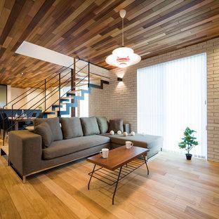 他の地域のミッドセンチュリースタイルのおしゃれなLDK (茶色い床、白い壁、無垢フローリング) の写真