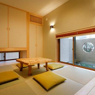 他の地域のアジアンスタイルのおしゃれなリビング (ベージュの壁、畳、緑の床) の写真