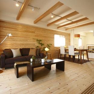 Cette photo montre un salon asiatique avec un mur marron, un sol en bois brun et un sol marron.